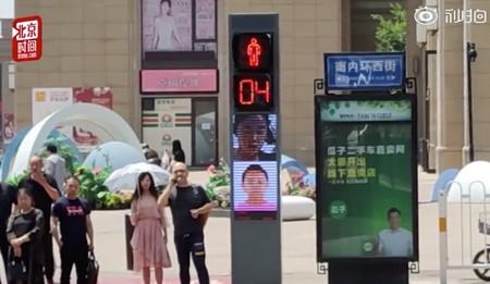 Los semáforos chinos detectan a quienes no cruzan debidamente y exponen su caras públicamente para avergonzarles