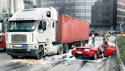 Hay gente con mucha suerte volumen 10: camión de 18 ruedas encima de Golf III