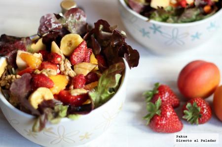 Ensalada refrescante de frutas y lechugas variadas con frutos secos