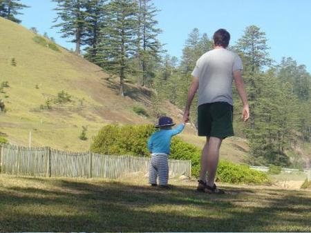 papa acompaña a su hijo
