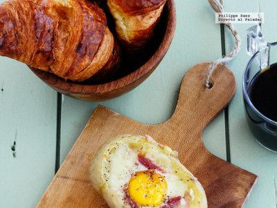 Papas rellenas con huevo y salami. Receta para el desayuno