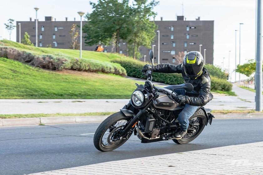 Probamos la Husqvarna 701 Svartpilen: una exquisita moto para el carnet A2 que prioriza el diseño sobre el confort
