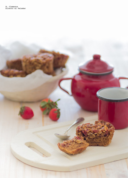 Muffins de copos de avena y fresas. Receta para un desayuno completo de fruta y fibra