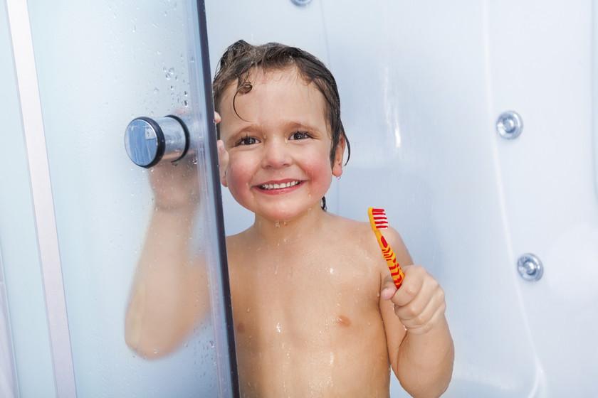 ¿Cuándo deberían los niños empezar a bañarse solos?