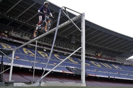 Toni Bou se cuela en el Camp Nou para hacer un entrenamiento diferente con su moto de trial
