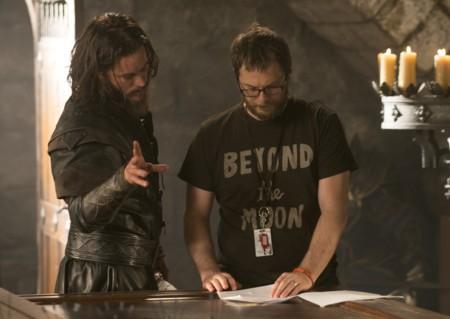 Duncan Jones revisa el guion durante el rodaje