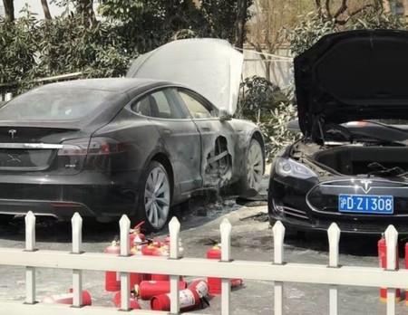 Un Tesla Model S sale ardiendo de manera misteriosa cuando se encontraba en una estación de carga