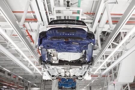 La producción de vehículos en España se resiente con la escasez de microchips, pero logra despegar con los coches eléctricos