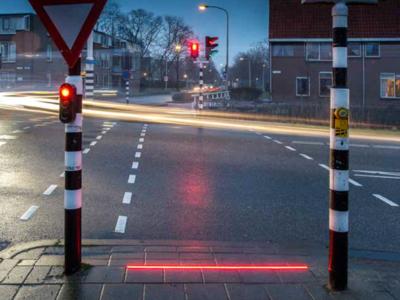 En los Países Bajos tienen la extraña manía de caminar mirando el teléfono, por esto han puesto semáforos en el suelo