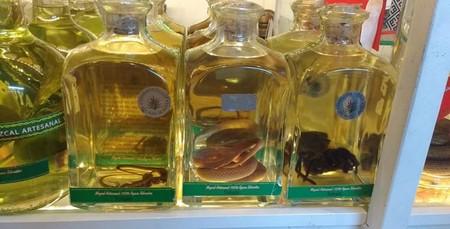 En un mercado de Oaxaca, México vendían botellas de mezcal con serpientes y arañas dentro