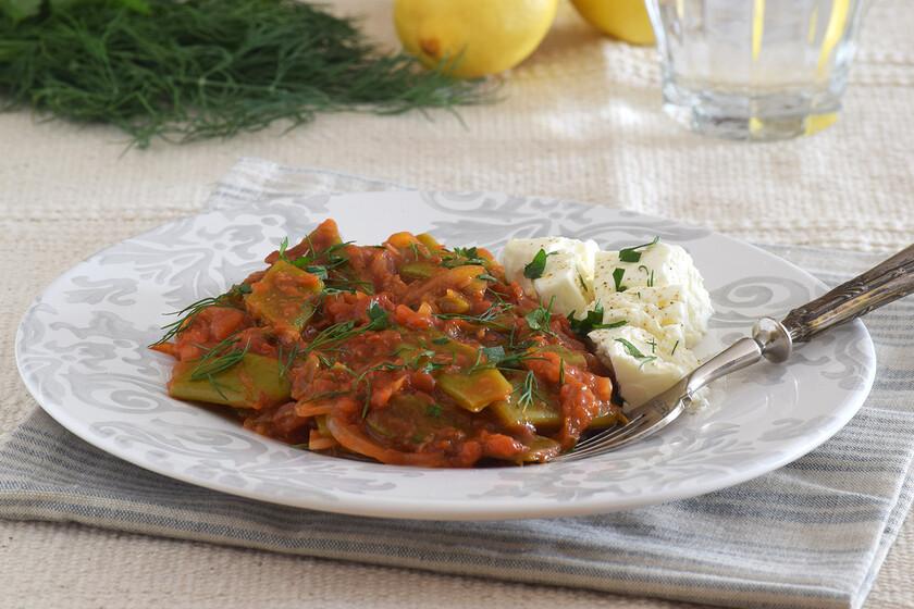 Receta griega de fasolakia, las exquisitas judías verdes con tomate perfectas para tomar frías en verano