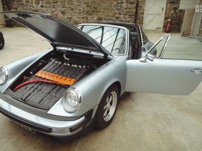 A este Porsche 911 SC Targa de 1979 le metieron una batería de Tesla para transformarlo en un clásico eléctrico