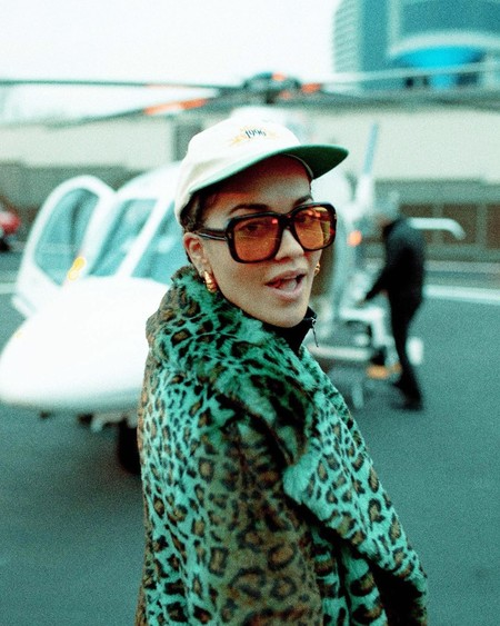 Esta es la nueva manicura de Rita Ora que podría trasladarte a un destino tropical (o llevarte a la época de los 90)