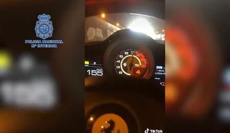 Se graba triplicando los límites de velocidad máxima permitida en un Ferrari, lo sube a TikTok y acaba detenido