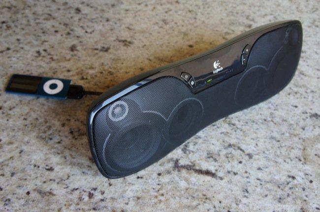 iPod nano conectado a la entrada auxiliar del Logitech Wireless  Boombox