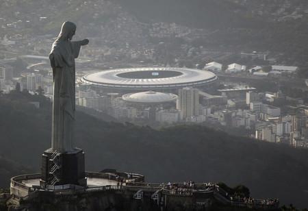 El Cristo Redentor parece admirar la majestuosidad del estadio de Maracaná