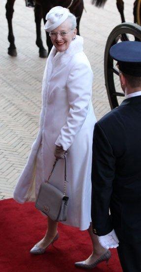 Los looks de día de la reina Margarita II en su 40º aniversario como reina de Dinamarca