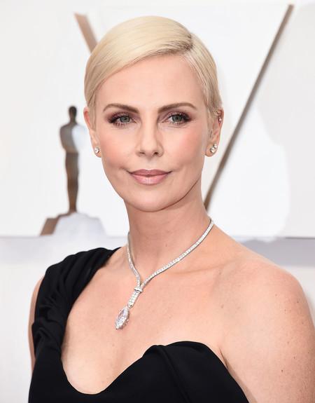 Charlize Theron eleva la sencillez de un vestido negro a lo más alto en los Oscar 2020: elegancia pura