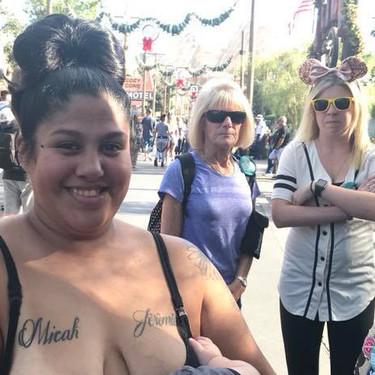 La reacción de una madre que amamantaba a su hijo en Disneyland al notar que dos mujeres la veían mal