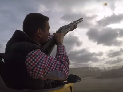 ¿Qué hace este tío disparando desde un Ferrari SA Aperta?