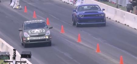 Video: Mira cómo un Toyota Prius Hellcat destruye a un Challenger Demon en un arrancón