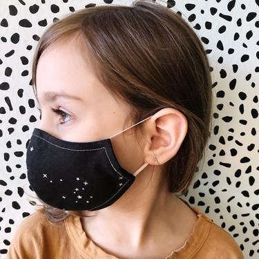 Así puedes convertir una mascarilla quirúrgica para adultos en una infantil y en menos de un minuto
