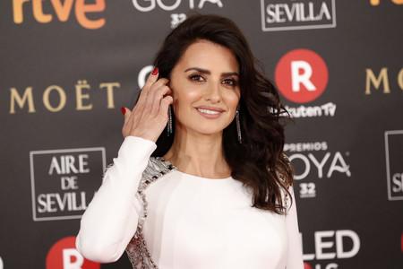 Premios Goya 2018: Penélope Cruz brilla como hacía tiempo, el blanco impoluto de Versace acalla los rumores de veto
