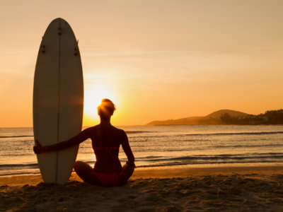 Pilates y yoga sobre una tabla de surf