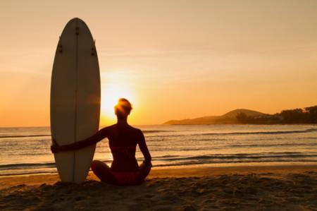 Pilates y yoga sobre una tabla de surf