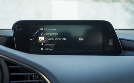 Mazda elimina las pantallas táctiles porque usarlas puede causar accidentes