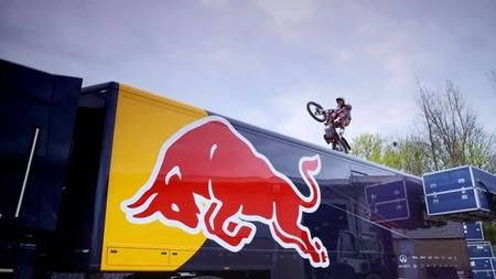 Dougie Lampkin visita a sus amigos de Red Bull Racing