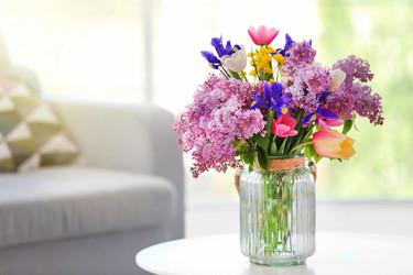 7 ideas para decorar con flores, más allá de ponerlas en un jarrón