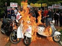Protestas antijaponesas acaban quemando motos