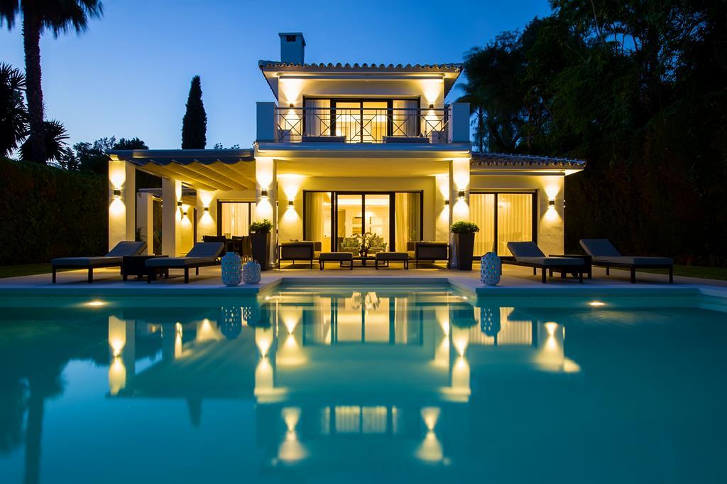 Armon a y amplitud en esta casa de andaluc a con la for Casas de madera con piscina