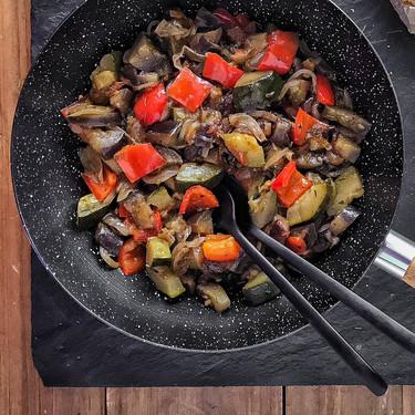 Ratatouille, pisto y caponata siciliana: como diferenciar estos grandes clásicos y qué verduras son las ideales (con vídeo receta incluida)