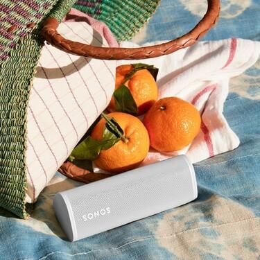 El altavoz Sonos Roam es la compra tecnológica estrella del verano: portátil, impermeable, inteligente y bonito