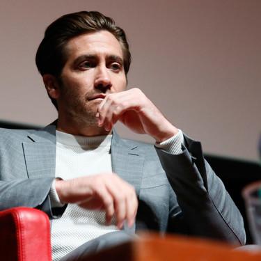Jake Gyllenhaal se libera de la corbata este otoño cambiando la camisa por un suéter ligero