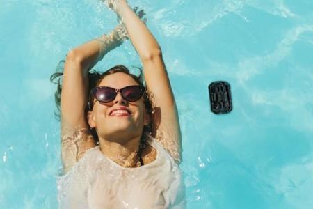 Disfruta de la mejor música en la playa y la piscina con el nuevo mini altavoz de Philips