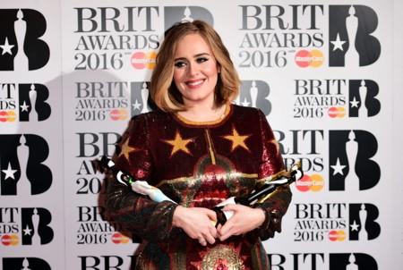 Adele se llevó cuatro Brit Awards a casa y volvió a sorprender con su segundo look