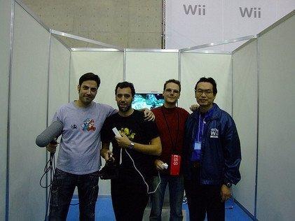 Jugando a la Wii con el máximo responsable de relaciones públicas de Nintendo