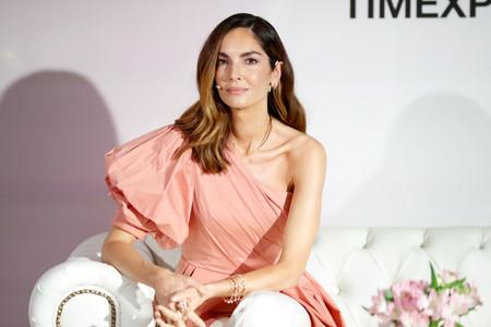 Eugenia Silva tiene el top de escote asimétrico, manga abullonada y corte peplum que mejor queda con pantalones