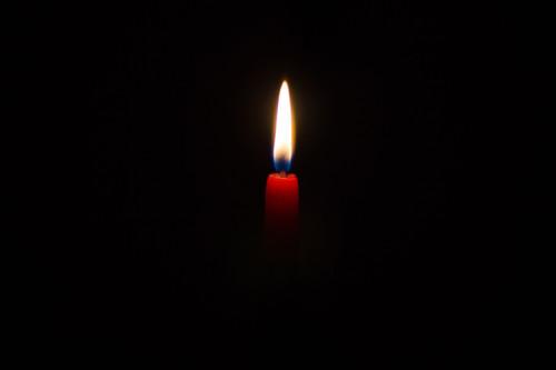 Cómo hacer una buena foto a una vela encendida a oscuras