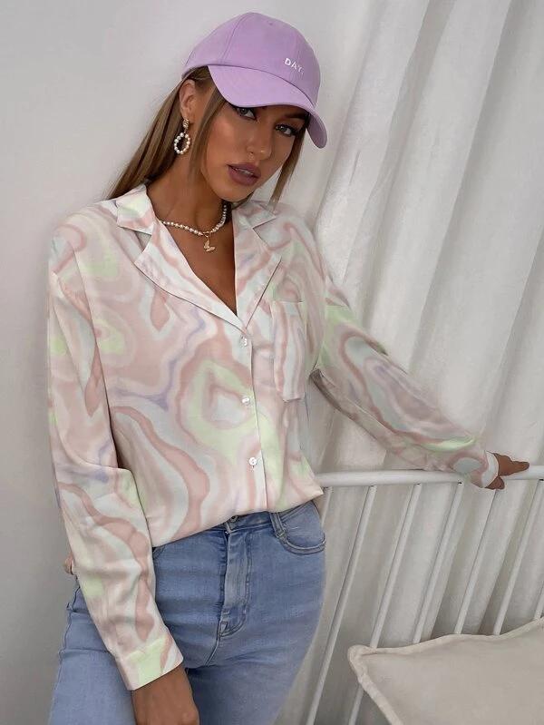Blusa de tie dye con parche de bolsillo de cuello con solapa