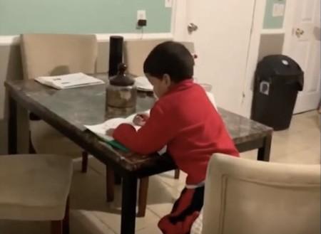 Alexa también sirve para hacer los deberes y así lo demuestra un niño de seis años en un vídeo que se ha hecho viral