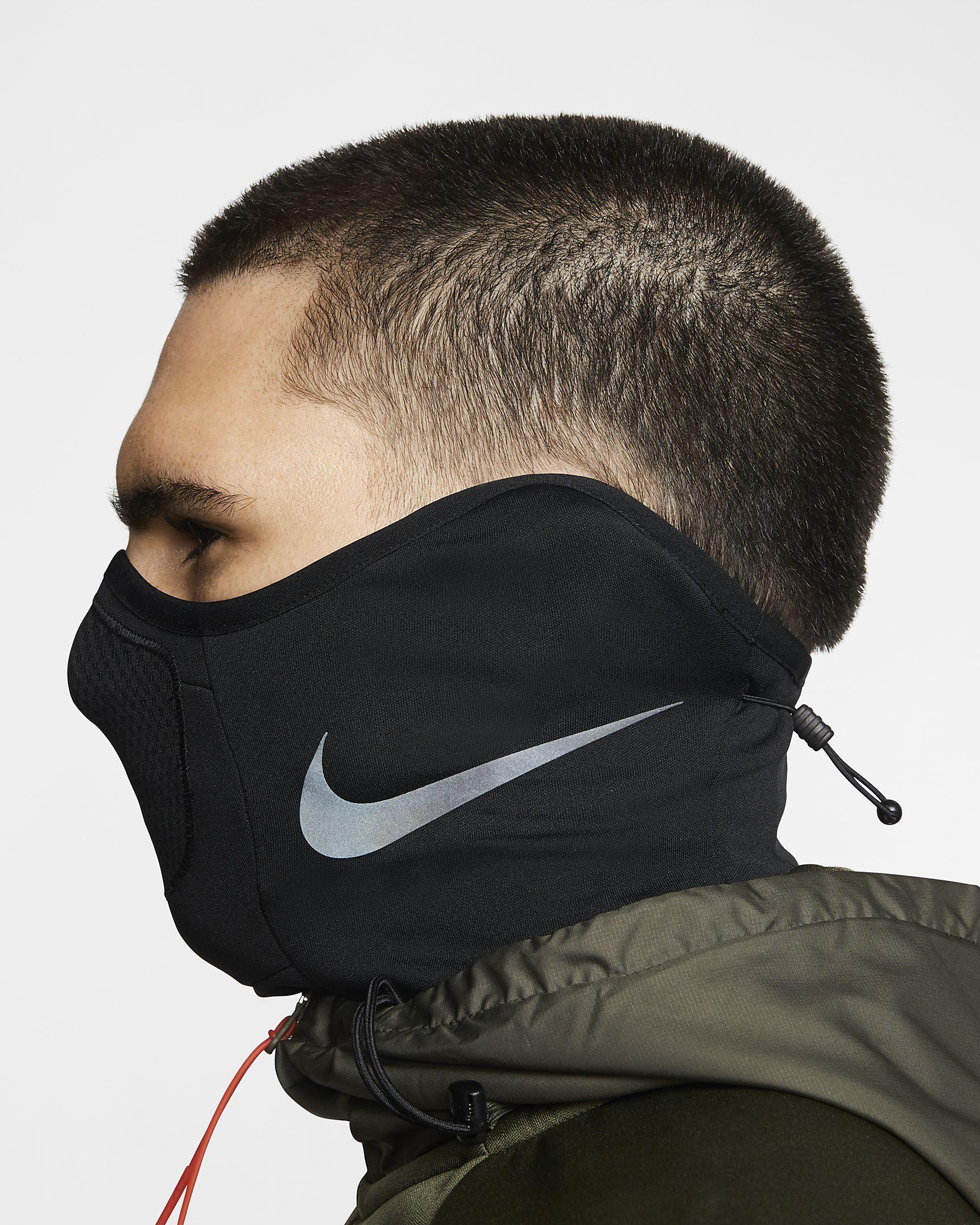 El cuello térmico Nike Strike protege la cara y el cuello con un tejido Fleece suave que capilariza el sudor para mantener la calidez y la transpirabilidad.