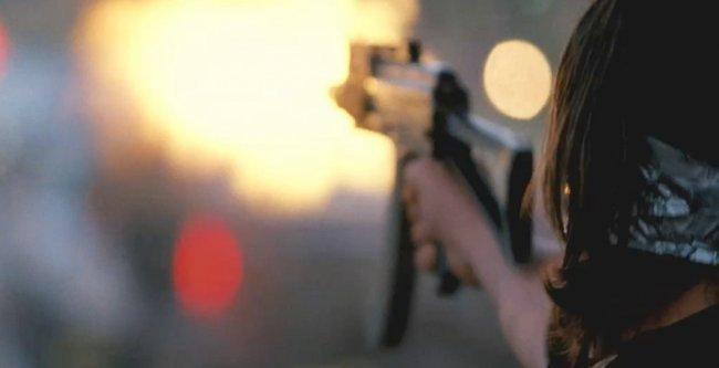 Diego Luna disparando en una escena de Contraband