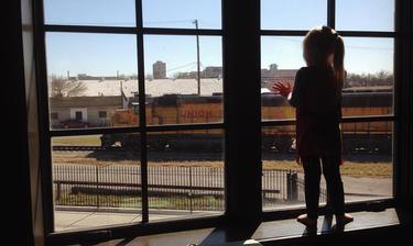 Por tres años una pequeña saludó a diario a los trenes, hasta que entró a la escuela y entonces sucedió algo muy emotivo