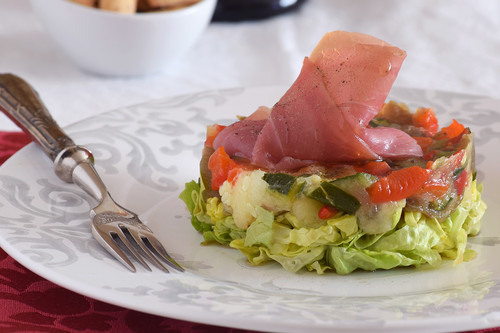Ensalada de hortalizas asadas y jamón de pato: receta para un primer plato de fiesta ligero pero lleno de sabor
