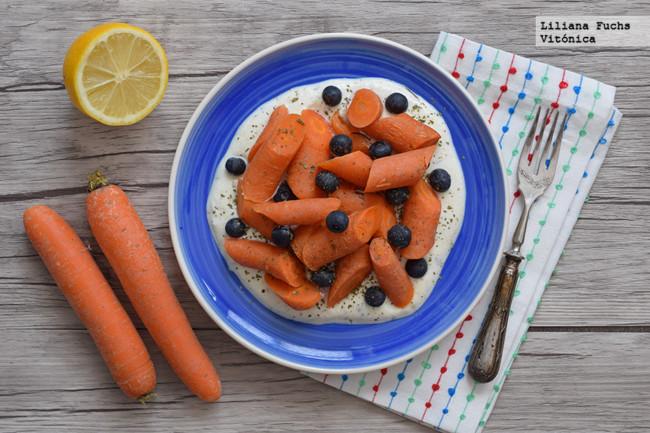 Zanahorias con arándanos sobre salsa de yogur especiada. Receta saludable