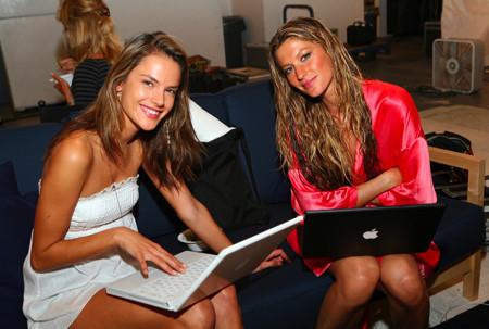 Alessandra Ambrosio y Gisele Bundchen con un Macbook